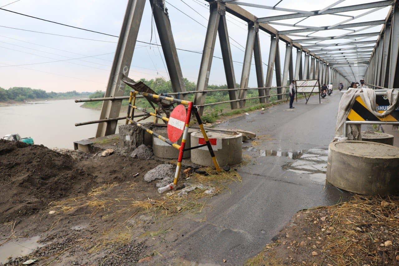 Jembatan Glendeng yang menghubungkan Tuban dan Bojonegoro yang masih juga selesai diperbaiki. (Foto: Moch Abdurrochim/Tugu Jatim)