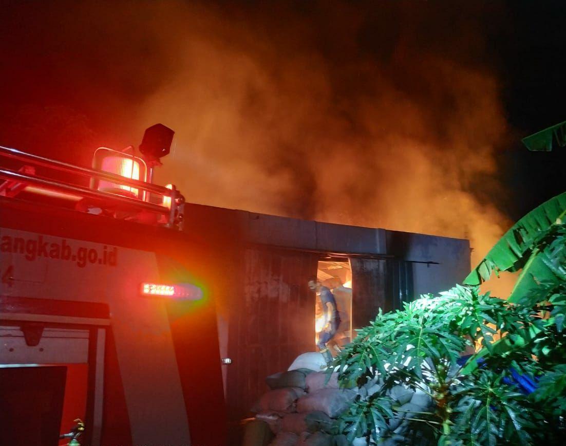 Kebakaran gudang kapas di Singosari, Malang. (Foto: Dokumen Damkar Kabupaten Malang0