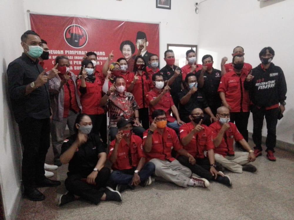 Kubu 01 Eri Cahyadi-Armuji saat selesai mengadakan jumpa pers di Jl. Setail No. 08 Surabaya, Jumat (18/12/2020), pukul 15.00 WIB. (Foto: Rangga Aji/Tugu Jatim)