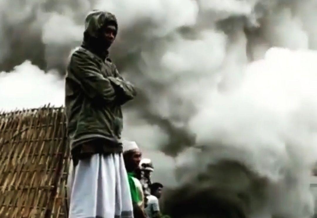 Warga menikmati lahar Gunung Semeru yang mengeluarkan asap pekat usai terguyur air hujan. (Foto: Dokumen Tugu Malang)