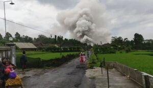 Tangkapan layar video viral menunjukkan kepulan awan tebal dari Desa Supiturang, Kabupaten Lumajang pada Minggu (6/12/2020). (Foto: Dokumen Tugu Malang)
