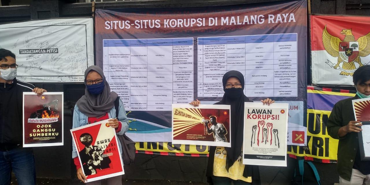 Aktivis anti korupsi dari Malang Corruption Watch (MCW) menggelar aksi unjuk rasa mengkritisi ajang Pilkada Kabupaten Malang, Rabu (9/12). Hari Anti Korupsi Sedunia