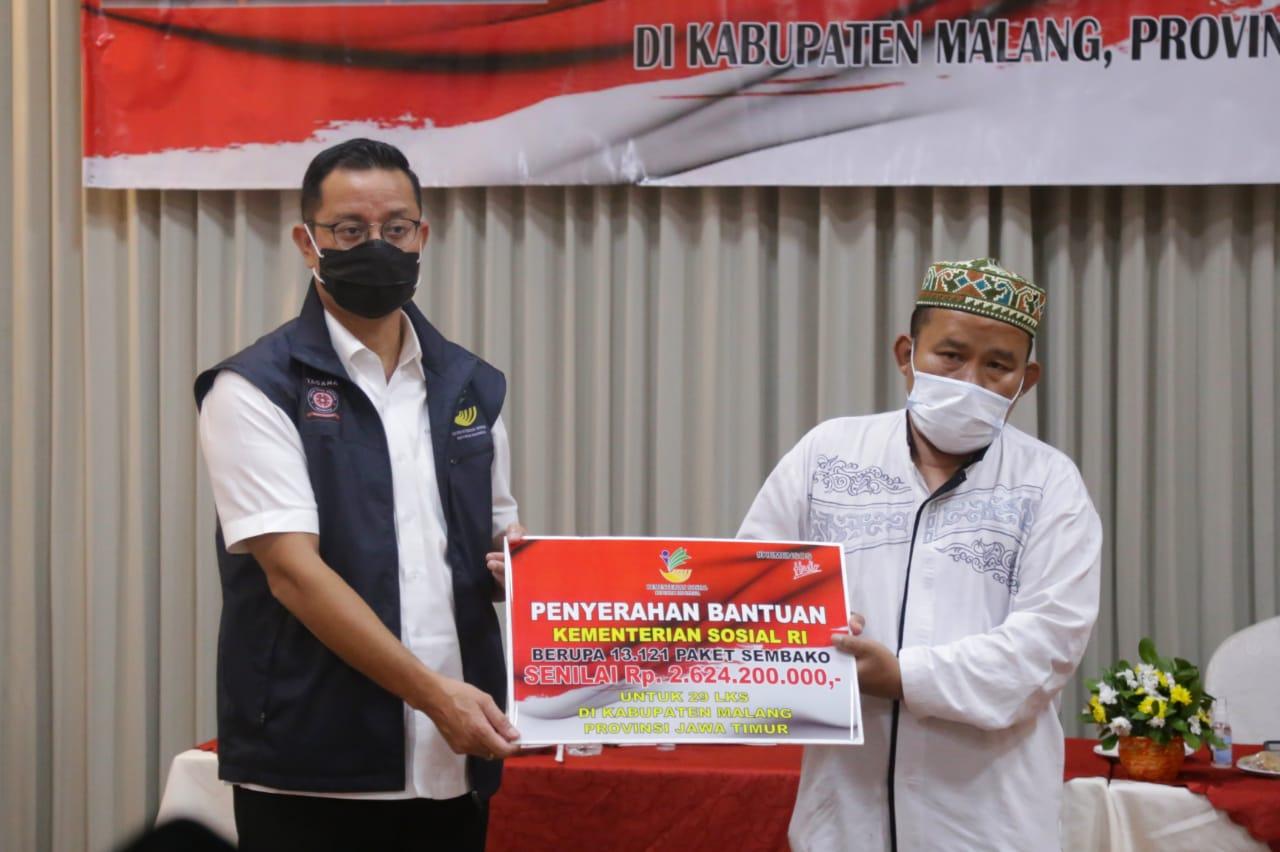 Mensos Juliari Batubara ketika menyalurkan bantuan di Kecamatan Pakis, Kabupaten Malang. (Foto: Kemensos RI)