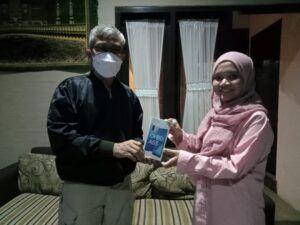 Pemimpin Redaksi Tugu Jatim ID, Nucrholis MA Basyari bersama pemenang undian smartphone, Mila Arinda. (Foto: Dokumen)