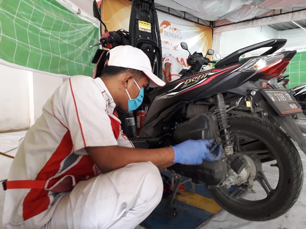 Perawatan motor saat musim hujan misalnya bisa dilakukan secara rutin di bengkel AHASS terdekat. (Foto: Dokumen) tips perawatan motor saat musim hujan