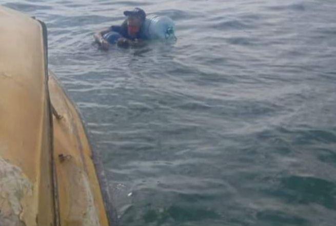 Pemuda asal Malang yang nekat pulang kampung dari Balikpapan menuju Malang dengan cara berenang. (Foto: Facebook)