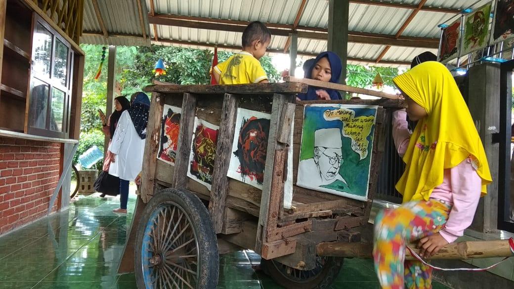 Taman Baca Mahanani Kediri menggelar Pameran Lukisan dan Pitutur Gus Dur untuk peringati haul ke-11 presiden ke-4 RI tersebut. (Foto: Noe/Tugu Jatim)
