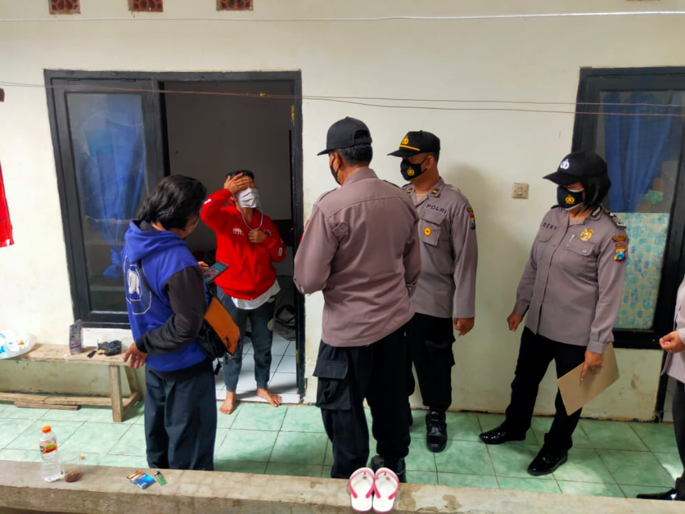 Dua pasangan mesum diamankan saat razia hotel dan tempat kos di kawasan Tuban, Rabu (30/12/2020) kemarin. (Foto: Humas Polres Tuban)