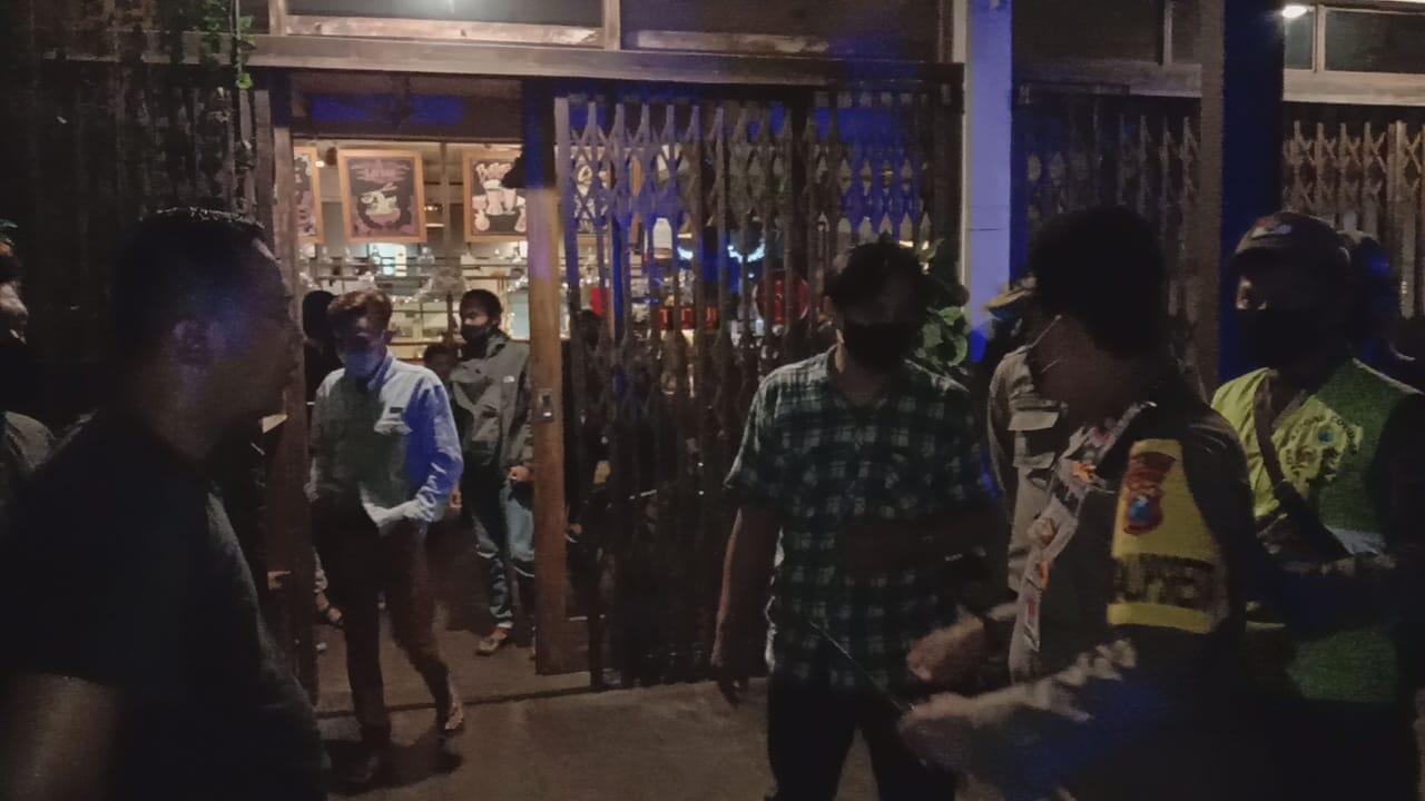 Penertiban tim gabungan menyasar kerumunan di kafe dan angkringan, Rabu (30/12/2020). (Foto : Humas Polresta Malang Kota)