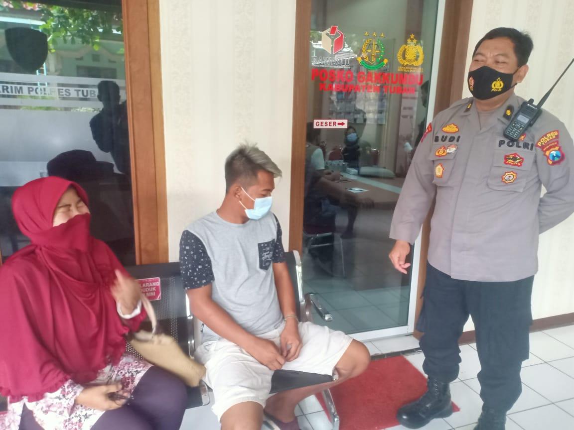 Pelaku dalam video bagi-bagi uang Rp 100 ribu saat pencoblosan di Tuban akhirnya diamankan pihak kepolisian. (Foto: Moch Abdurrochim/Tugu Jatim)