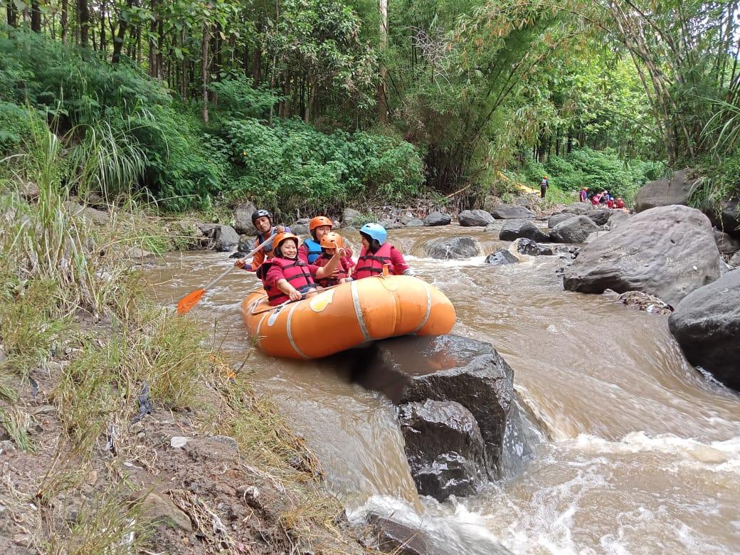 Kru Tugu Media Group ketika bermain rafting di Kaliwatu, Kota Batu. (Foto: Dokumen)