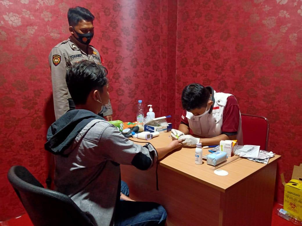 Proses rapid test antigen dan antibodi gratis yang disediakan oleh Pemkab Bojonegoro. (Foto: Agus Set/Tugu Jatim)