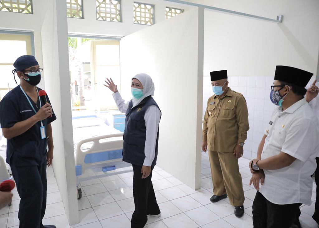 Gubernur Jatim, Khofifah saat meresmikan dan meninjau RS Lapangan Kota Malang, Rabu (16/12/2020) kemarin. (Foto: Humas Pemprov Jatim)