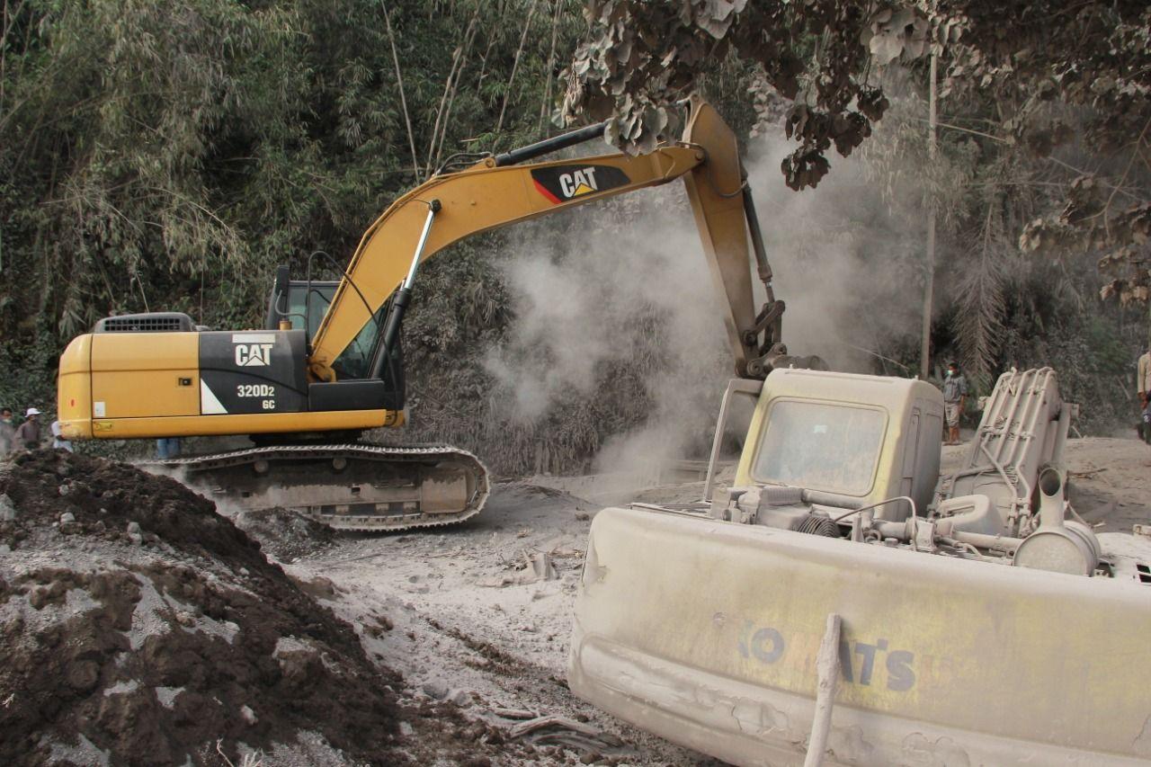 Proses evakuasi sejumlah alat berat dan dump truck pertambangan pasir yang tertimbun material endapan lahar usai Gunung Semeru Meletus, Rabu (2/12) Foto : Ben