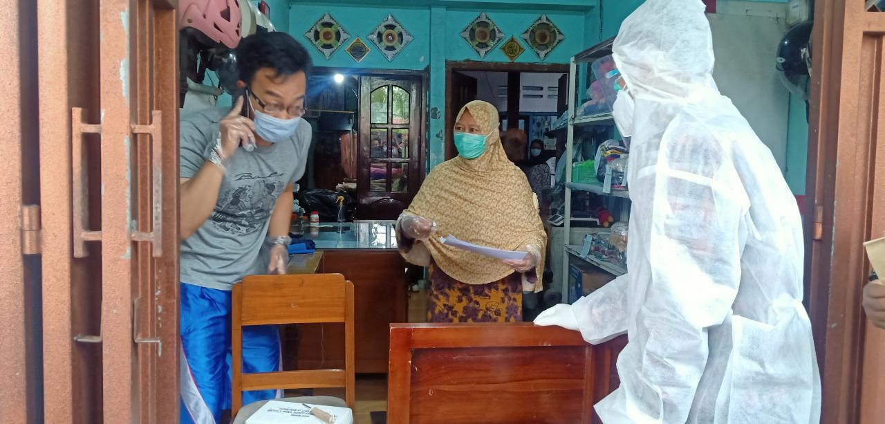 Petugas KPPS keliling mengantarkan surat suara di rumah pasien isolasi mandiri di Kabupaten Malang, Rabu (9/12). (Foto: Azm/Tugu Jatim)