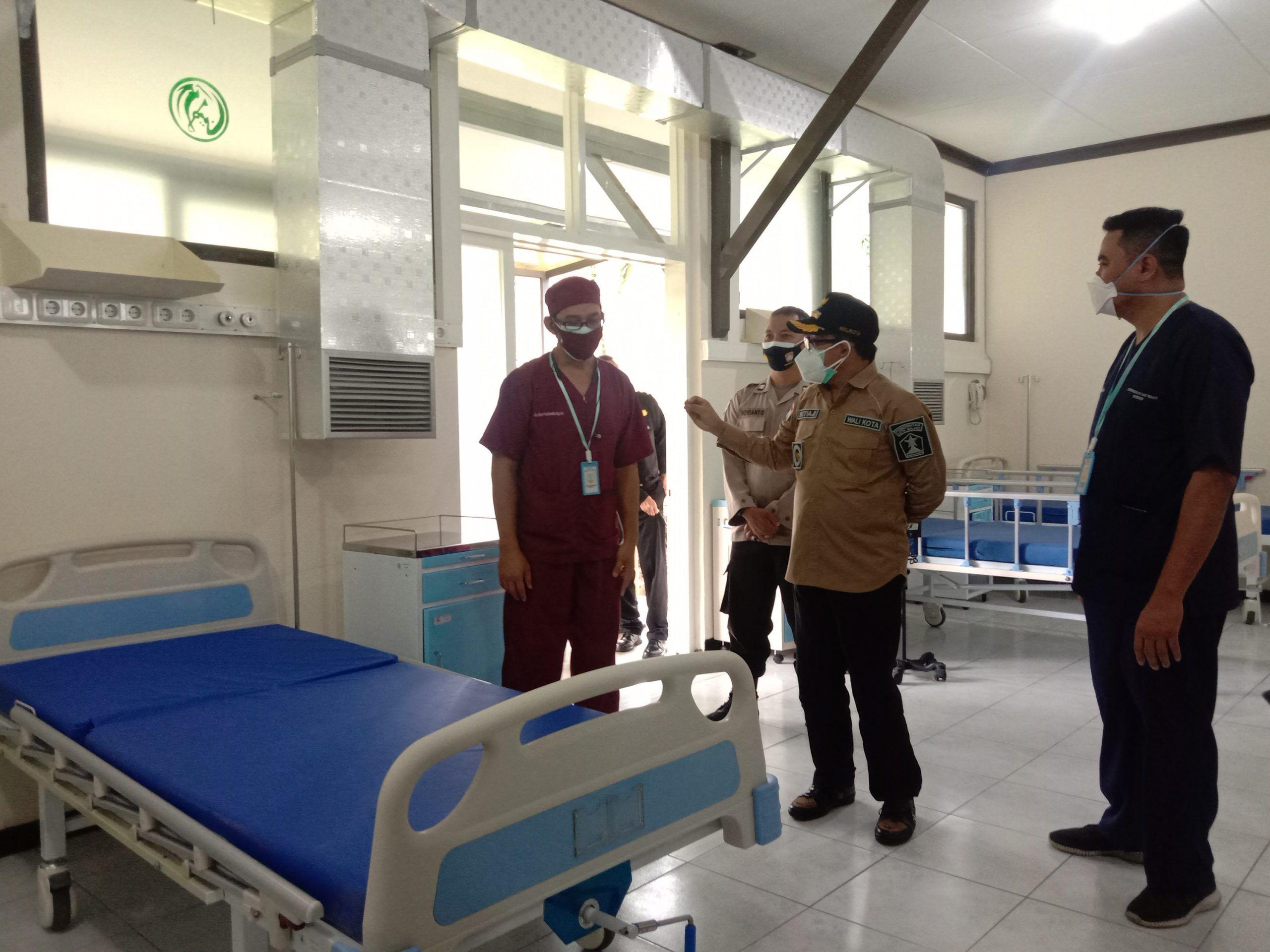 Wali Kota Sutiaji saat meninjau lokasi RS Lapangan Kota Malang. (Foto: Pemkot Malang)