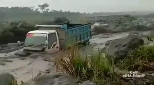 Banjir lahar dingin Gunung Semeru, satu truk penambang pasir terseret lahar. (Foto: tangkapan layar)