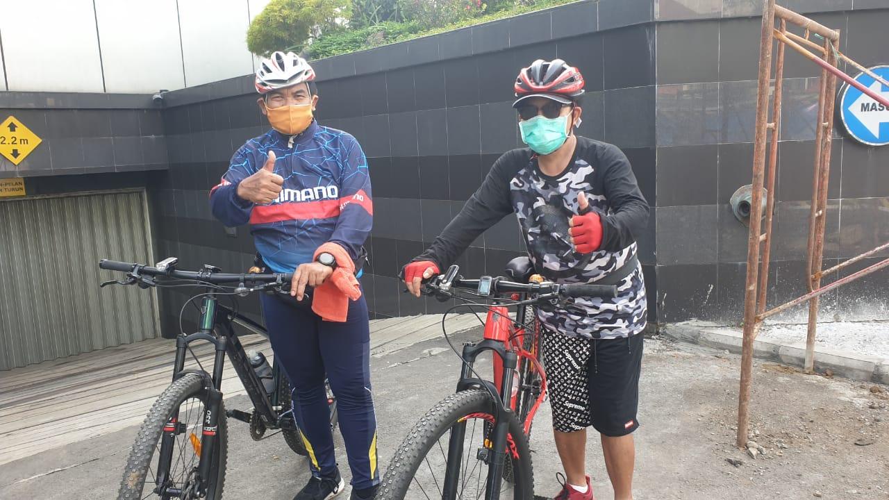 Wali Kota Malang Sutiaji (kanan) bersama Sekda Kota Malang Wasto (kiri) melakukan gowes usai dinyatakan negatif COVID-19. (Foto: Pemkot Malang)