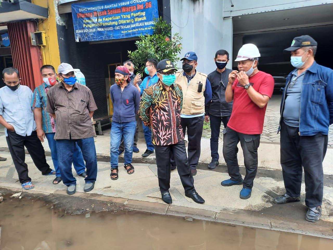 Wali Kota Malang Sutiaji saat berdialog dengan Konsultan Manajemen Konstruksi, PT Widya Satria, Alif Riwidya, usai proyek Kayutangan Heritage tergenang banjir, Sabtu (26/12/2020). Foto : Azmy Pemkot Malang