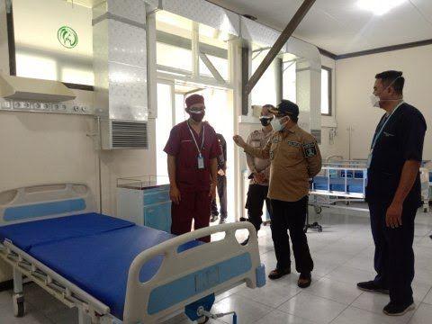 Wali Kota Malang Sutiaji (tengah) meninjau safe house. (Foto: Azm/Tugu Malang/Tugu Jatim)