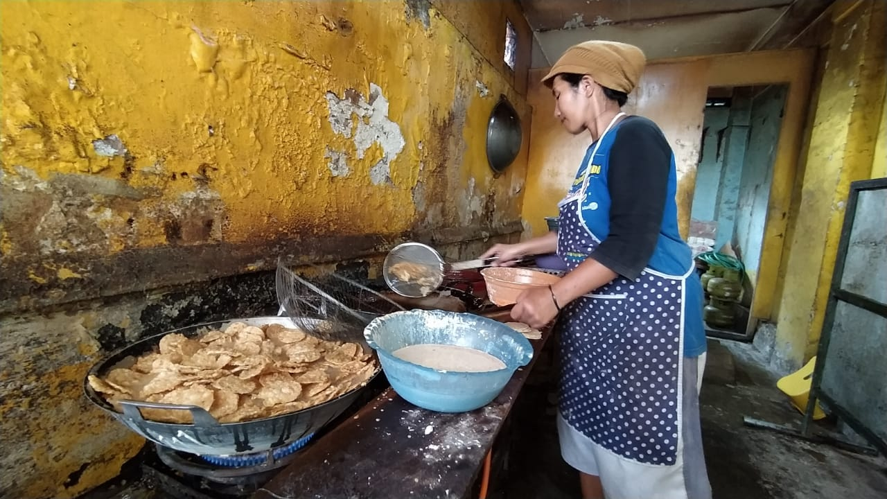 Salah satu perajin tempe tengah memproduksi keripik. (Foto: Azm/Tugu Malang/Tugu Jatim)