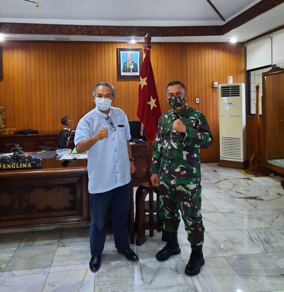 Pakar Komunikasi dan Motivator Nasional Dr Aqua Dwipayana IV/Diponegoro bersama Mayjen TNI Bakti Agus Fadjari. (Foto: Irham Thoriq/Tugu Jatim)