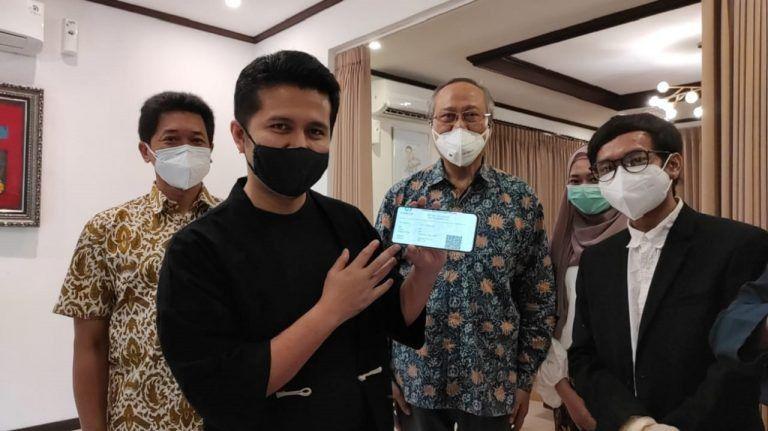 Wakil Gubernur Jatim Emil Elestianto Dardak (dua dari kiri) memperlihatkan alat penemuan pendeteksi Covid-19 yang dibuat oleh Prof Riyan (dua dari kanan). (Foto: Humas ITS Surabaya/Tugu Jatim)