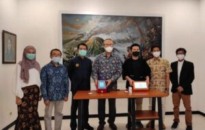 Wakil Gubernur Jatim Emil Elestianto Dardak didampingi tim pengembang teknologi i-nose c-19. (Foto: Humas ITS Surabaya/Tugu Jatim)