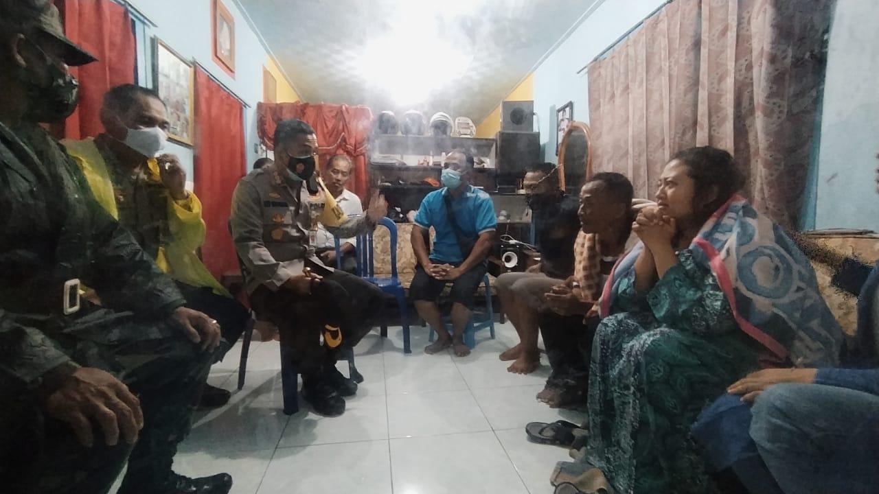 Kapolesta Malang Kota Kombes Pol Leonardus Simarmata menenangkan istri korban bernama Yunijah. (Foto: Azmy/Tugu Jatim)