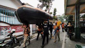 Tim SAR menyiapkan ban karet untuk menyisir sungai sejauh 15 km untuk mencari korban hanyut akibat longsor. (Foto: Azmy/Tugu Jatim)