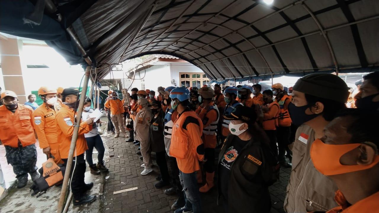 Tim SAR gabungan Malang Raya berkoordinasi melakukan evakuasi pencarian korban plengsengan ambrol. (Foto: Azmy/Tugu Jatim)