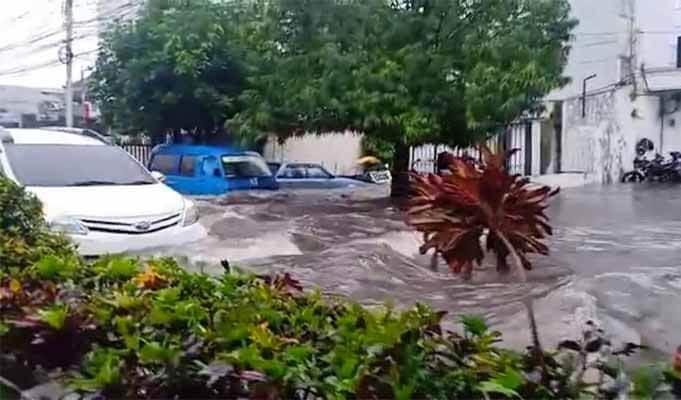 Intensitas curah hujan tinggi mengakibatkan banjir di Kota Malang. (Foto: Feni Yusnia/Tugu Jatim)