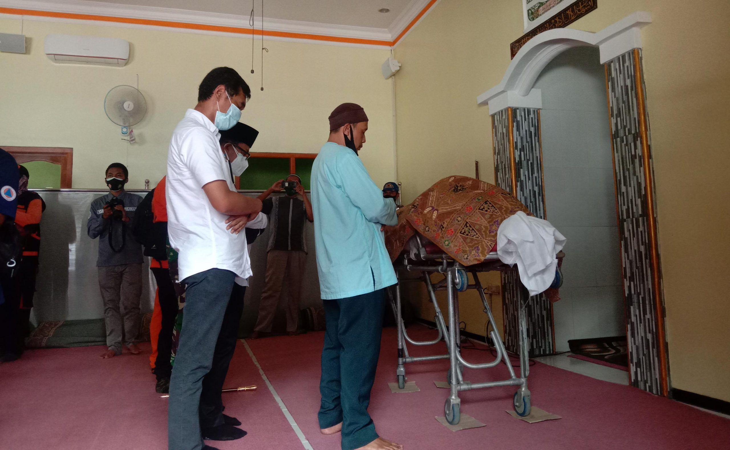 Wali Kota Malang Sutiaji bersama masyarakat sedang mensalati jenazah Roland Sumarna, korban plengsengan ambrol di Malang. (Foto: Feni Yusnia/Tugu Jatim)