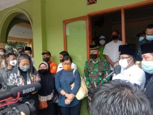 Wali Kota Malang Sutiaji saat menghadiri pengantaran jenazah Roland Sumarna (kanan, baju putih) bersama istri (alm) Roland Sumarna (kiri, kerudung hitam). (Foto: Feni Yusnia/Tugu Jatim)