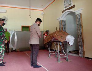 Kapolresta Malang Kota Kombes Pol Leonardus Simarmata turut mensalati jenazah Roland. (Foto: Feni Yusnia/Tugu Jatim)