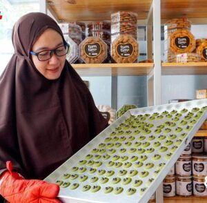 Rizki Chandra Amalia memperlihatkan salah satu proses pembuatan produk TumTim Cookies & Bakery. (Foto: Dok/Tugu Jatim)
