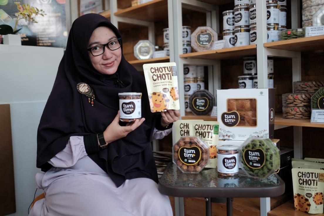 Rizki Chandra Amalia, pengusaha muda sedang memamerkan produk usahanya yang diberi nama TumTim Cookies & Bakery yang terletak di Park Royal Regency H1 No 3, Sidoarjo. (Foto: Dok/Tugu Jatim)
