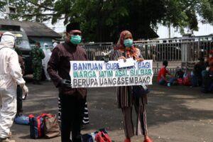 Wakil Wali Kota Malang Sofyan Edi Jarwoko turut menyambut kedatangan warga asal Jawa Timur yang dipulangkan pasca kejadian gempa Mamuju di Lanud Abd. Saleh, Kamis (21/01/2021). (Foto: Humas Pemkot Malang/Tugu Jatim)