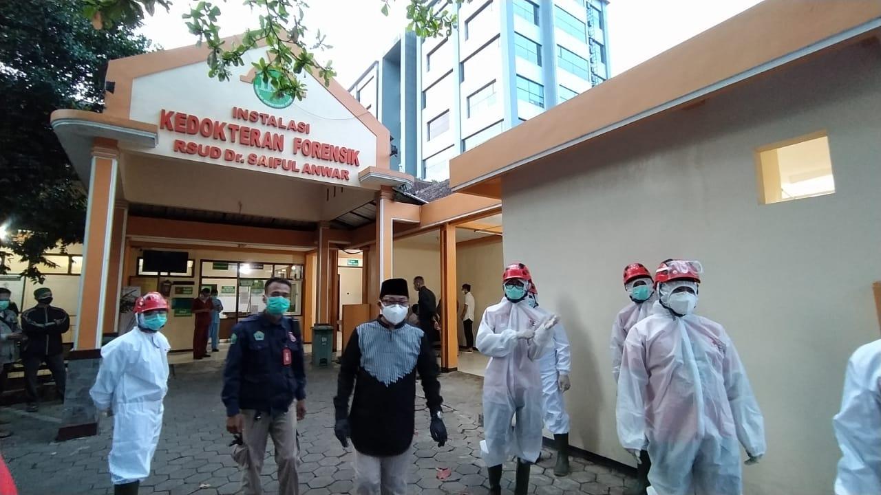 Wali Kota Malang Sutiaji saat mengawal langsung proses pemulasaraan jenazah mendiang Arif Darmawan di RSSA Malang, Kamis (21/1/2021). (Foto: Azmy/Tugu Jatim)