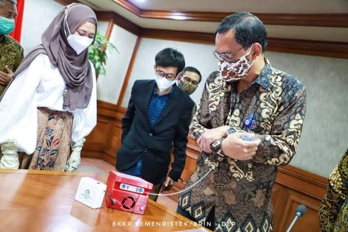 Prof Riyan dari ITS sedang melakukan uji coba i-nose c-19 menggunakan sampel yang sudah disediakan untuk pendeteksi Covid-19. (Foto: Dok/Kemenristek/Tugu Jatim)