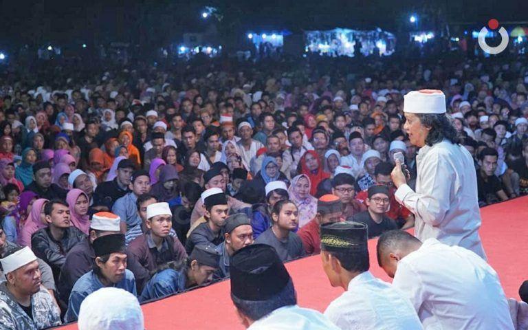 """Cak Nun sedang mengisi acara """"Ngaji Bareng Cak Nun dan Kiai Kanjeng"""". (Foto:Dok/Tugu Jatim)"""