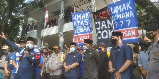 Sejumlah spanduk dengan tulisan menggunakan Bahasa Malangan dari Aremania. (Foto: Ben/Tugu Jatim)