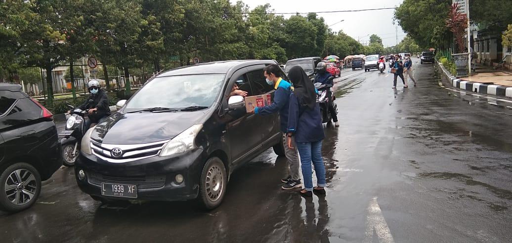 Saat Himapak'a Unirow melakukan galang dana di Jalan Letda Sucipto, Tuban, untuk korban banjir di Kalsel. (Foto:Rochim/Tugu Jatim)