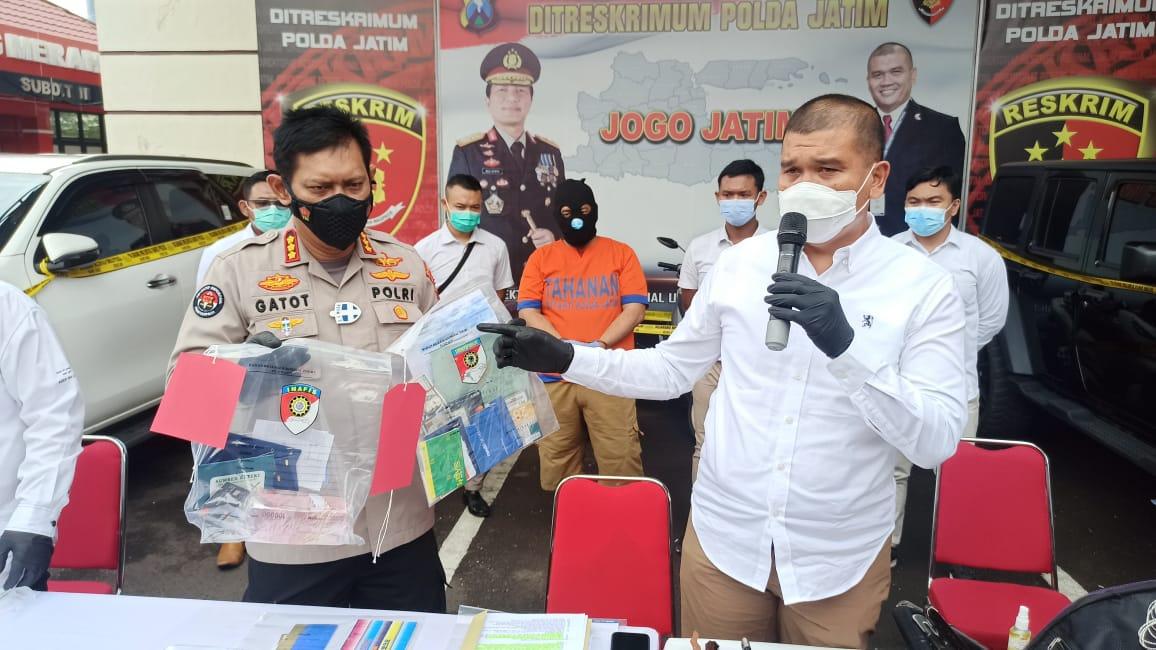 Ditreskrimum Polda Jatim sedang memperlihatkan barang bukti pemalsu akta tanah berinisial AW di Surabaya, Senin (25/01/2021), pukul 09.00 WIB. (Foto:Polda Jatim/Tugu Jatim)