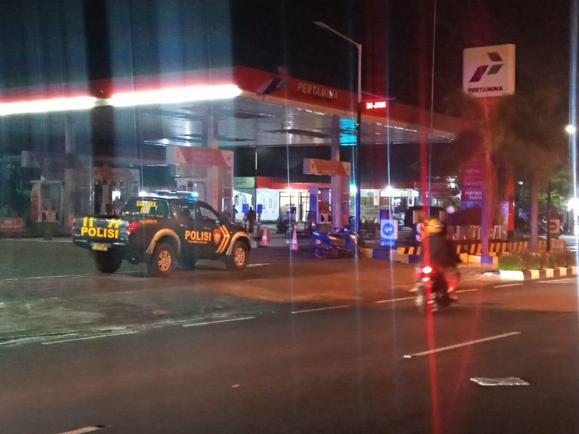 Pihak kepolisian masih mengamankan SPBU Sleko akibat tangki meledak. (Foto: Rochim/Tugu Jatim)