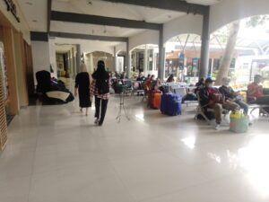 Petugas Stasiun Gubeng akan men-screening semua penumpang. (Foto: Rangga Aji/Tugu Jatim)