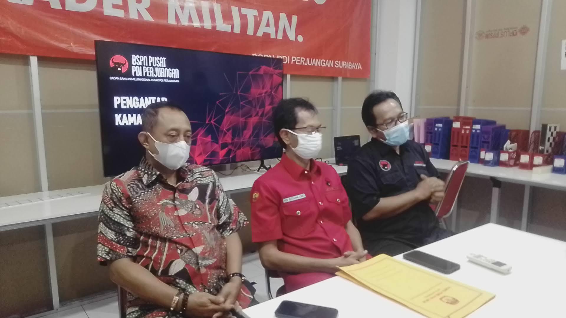 Armudji didampingi tim PDIP saat berada di Jalan Setail Nomor 8 Surabaya. (Foto:Rangga Aji/ln)