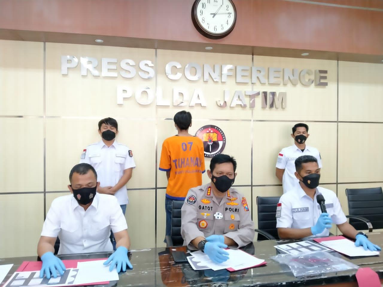 Kabid Humas Polda Jatim Kombes Pol Gatot Repli Handoko sedang menjelaskan kasus protistusi online di bawah umur di Surabaya. (Foto:Rangga Aji/Tugu Jatim)