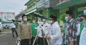 Kepala Kantor Kemenag Tuban Sahid mencoba alat Rukyatul Hilal. (Foto: IG Kemenag Tuban/Tugu Jatim)