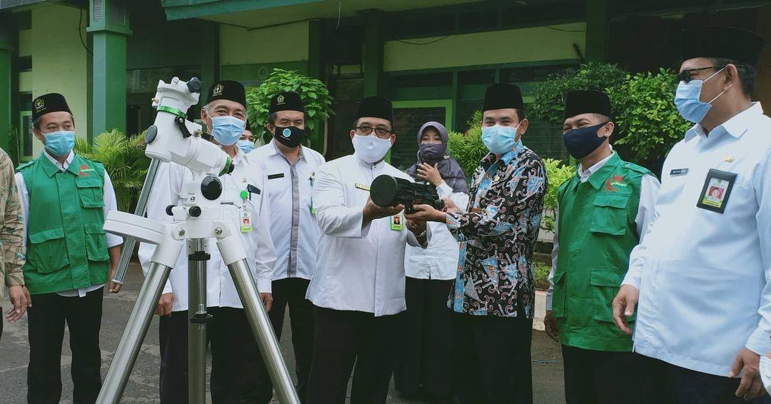 Kabag Kesra Pemerintah Kabupaten Tuban Eko Yulianto (baju batik) didampingi Kepala Kantor Kemenag Tuban Sahid menerima alat Rukyatul Hilal. (Foto: IG Kemenag Tuban/Tugu Jatim)